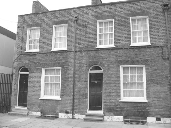 Photo 1: DIE FAMILIE SCHNEIDER, Walden Street No. 16 and No. 14, London 2004